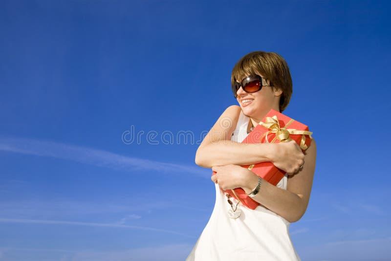 女孩获得了当前俏丽 免版税库存照片