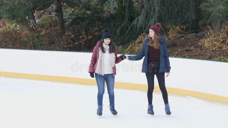 女孩获得做滑冰的很多乐趣在新的Yorks中央公园 库存照片