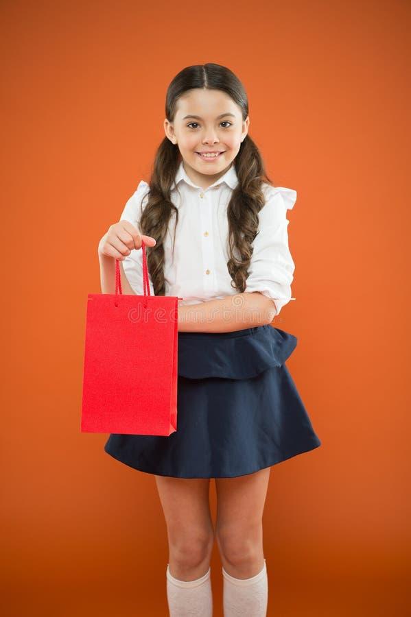 女孩藏品购物带来 为学校做准备购买事先供应文具衣裳的季节 正式的校服 库存照片