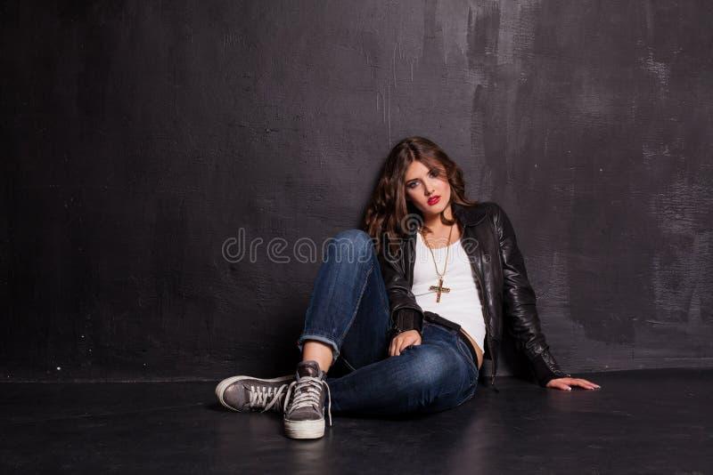 女孩街道样式牛仔裤夹克 免版税库存照片