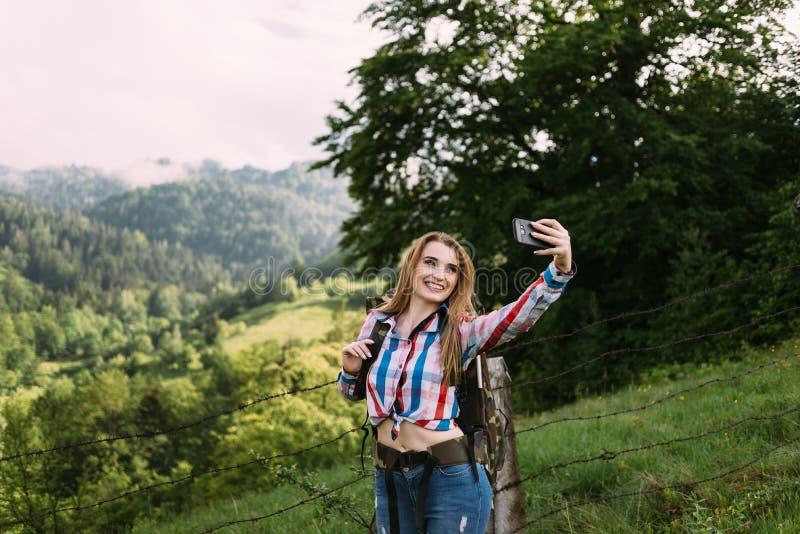 女孩被停下来做selfie在乡下 免版税库存照片