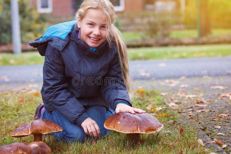女孩被找到的海湾牛肝菌蕈类 图库摄影