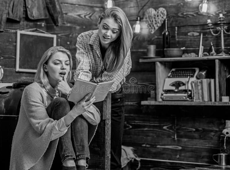 女孩被激发关于新的小说由喜爱的作家,文学概念 在乡下木村庄的家庭晚上 库存照片
