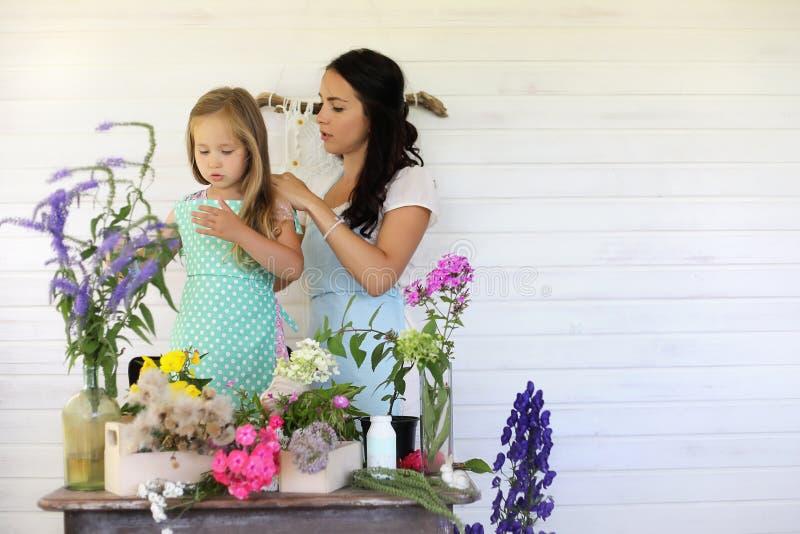 女孩装饰干花花束  库存照片