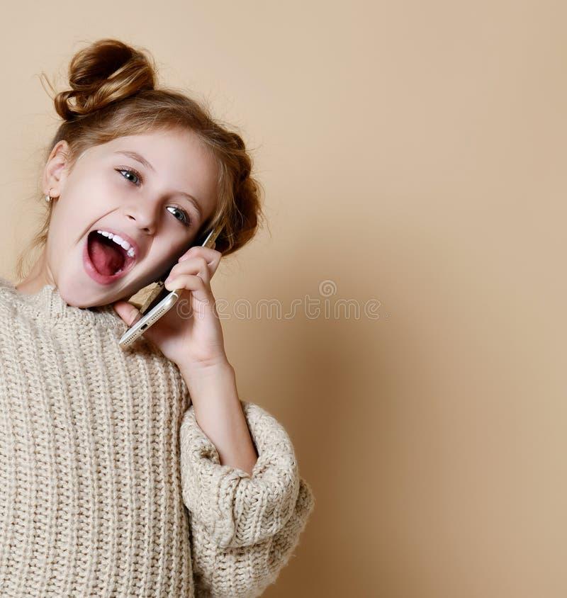 女孩讲话由手机,裸体背景 免版税图库摄影