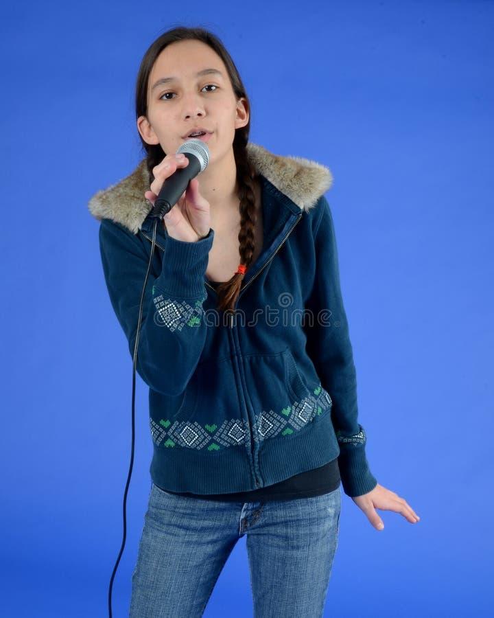 女孩话筒唱歌青少年 库存图片