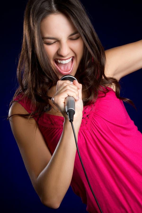 女孩话筒唱歌 免版税库存照片