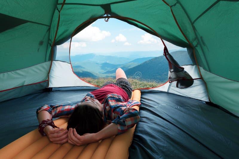 女孩说谎他们帐篷 库存图片