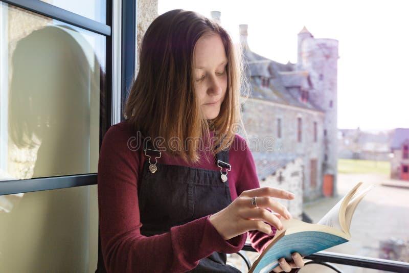 女孩读一本书 免版税库存照片
