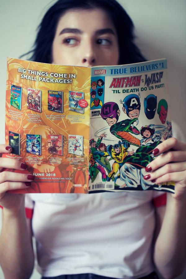 女孩读书漫画 库存照片