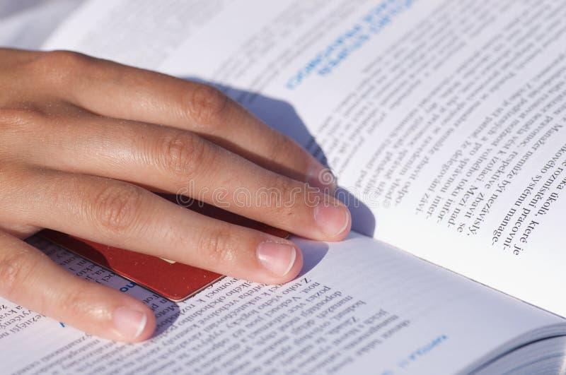 女孩读取 免版税图库摄影