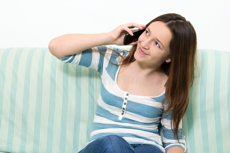 女孩谈话在电话 免版税库存照片