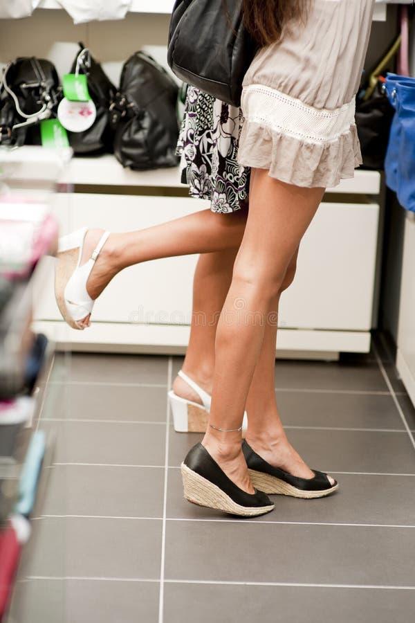 女孩购物的脚尖 库存照片