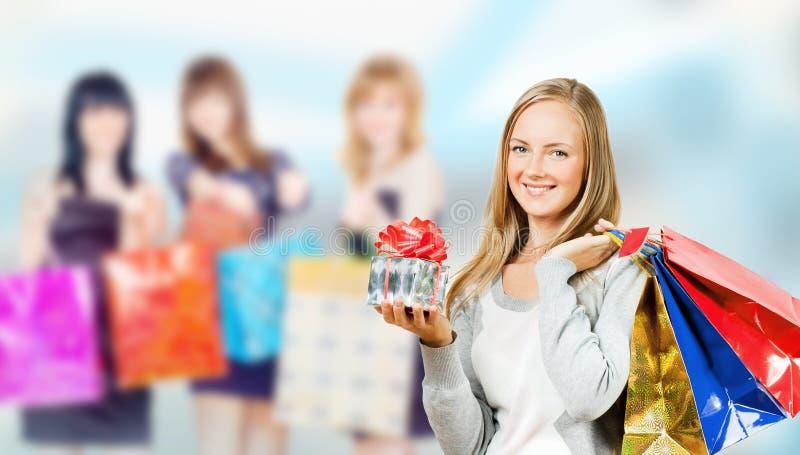 女孩购物 免版税库存照片