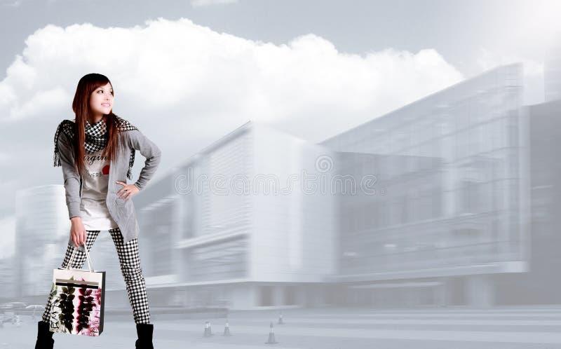 女孩购物 免版税图库摄影