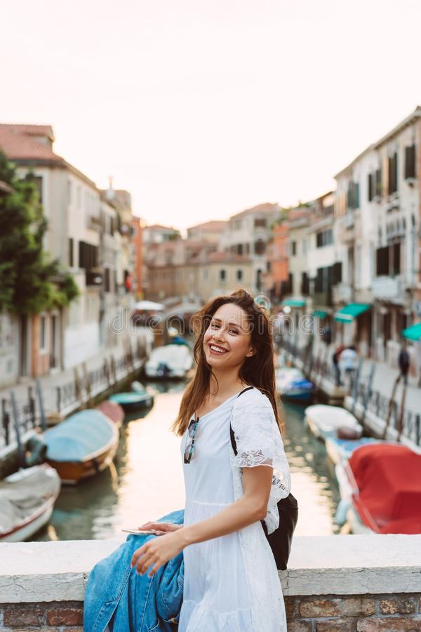 女孩走威尼斯街道  图库摄影