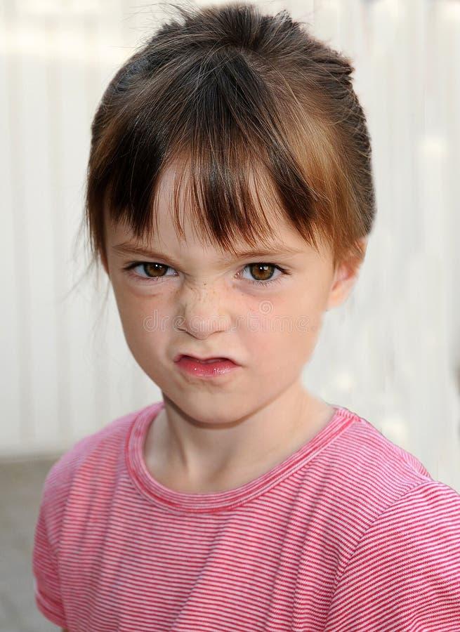 女孩起皱纹她的鼻子 免版税图库摄影