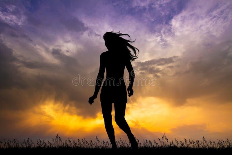 女孩跑无忧无虑在日落 向量例证