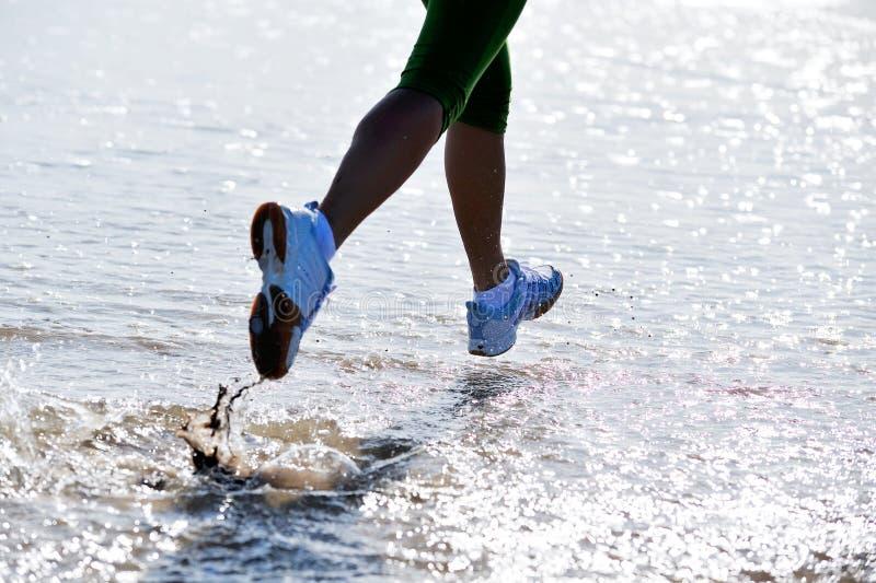 女孩跑步的行程 库存图片