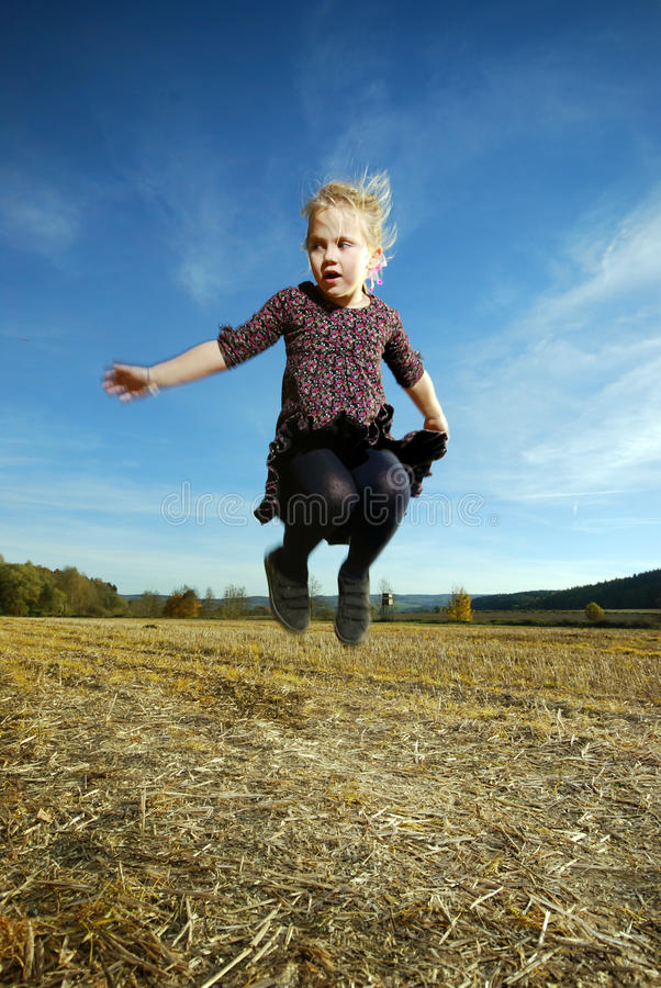 女孩跳一点 库存照片