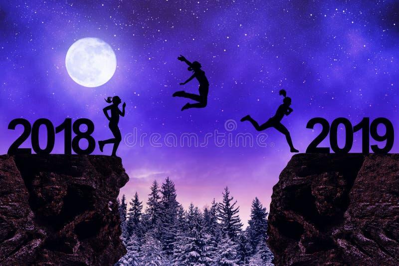 女孩跳到新年2019年在夜 免版税库存图片