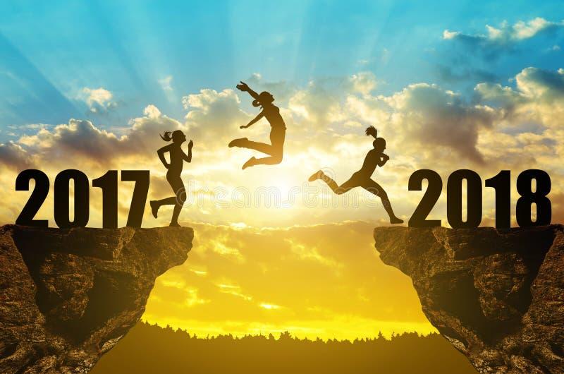 女孩跳到新年2018年 免版税图库摄影