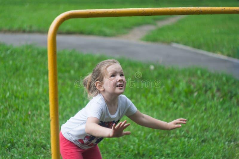 女孩跳在标志横线上 库存照片
