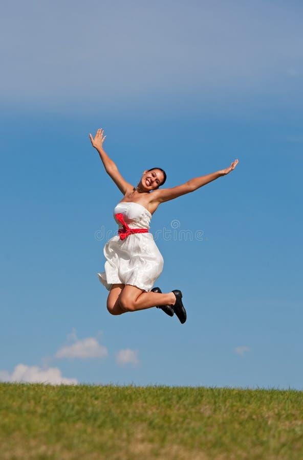 女孩跳的微笑 库存图片