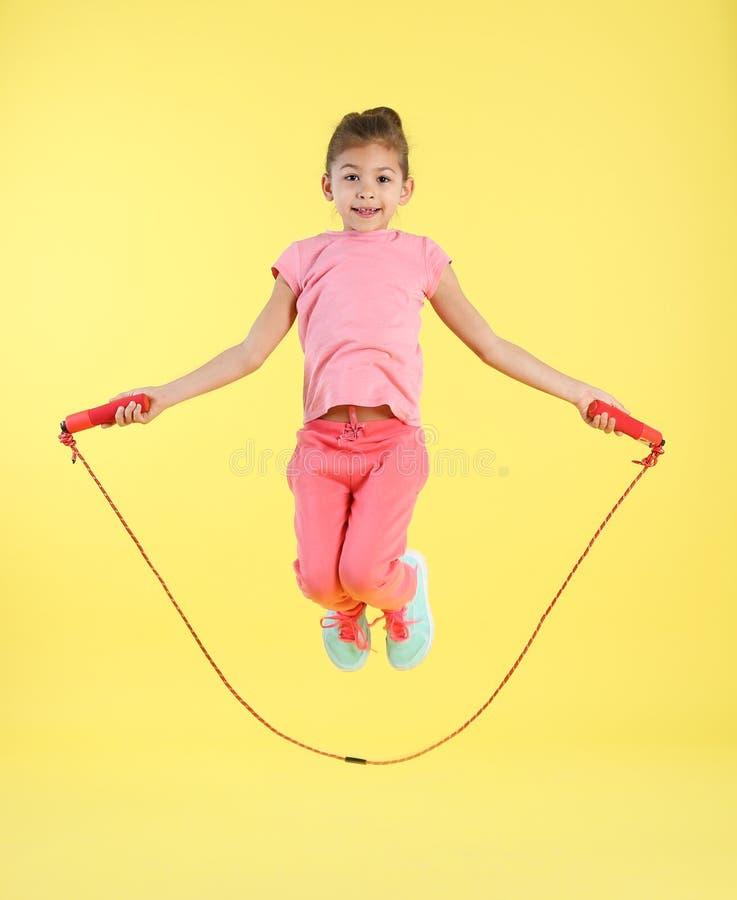 女孩跳绳全长画象  免版税库存图片