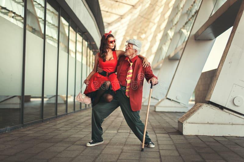女孩跳舞与老人 免版税库存图片