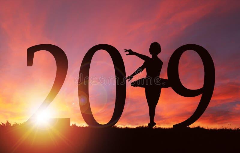 2019女孩跳舞新年剪影在金黄日出的 免版税库存图片