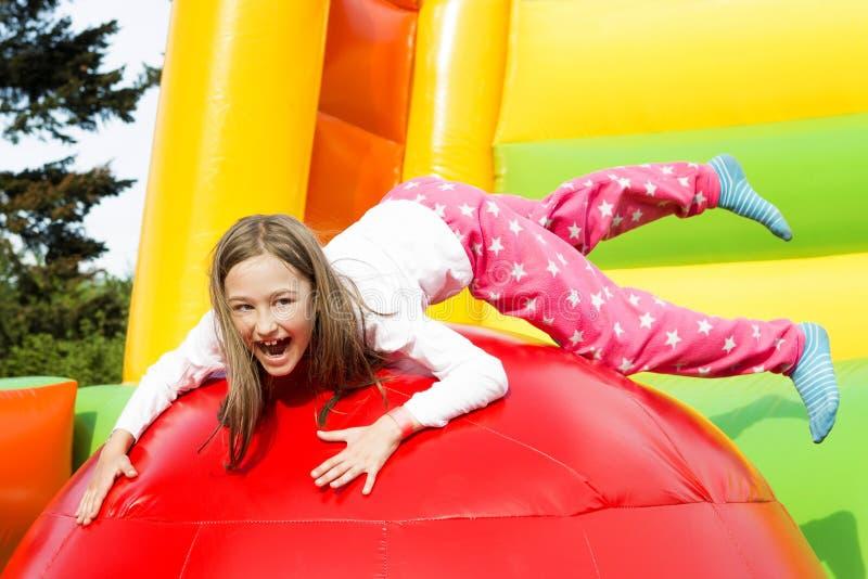 女孩跳跃的乐趣 图库摄影