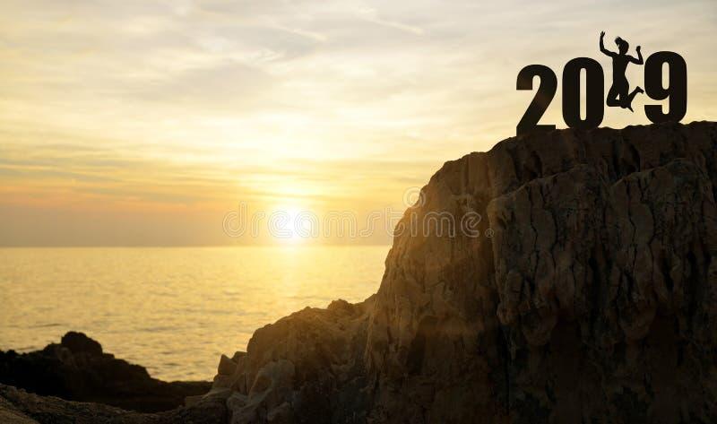 女孩跳,当庆祝新年2019年时 免版税库存照片
