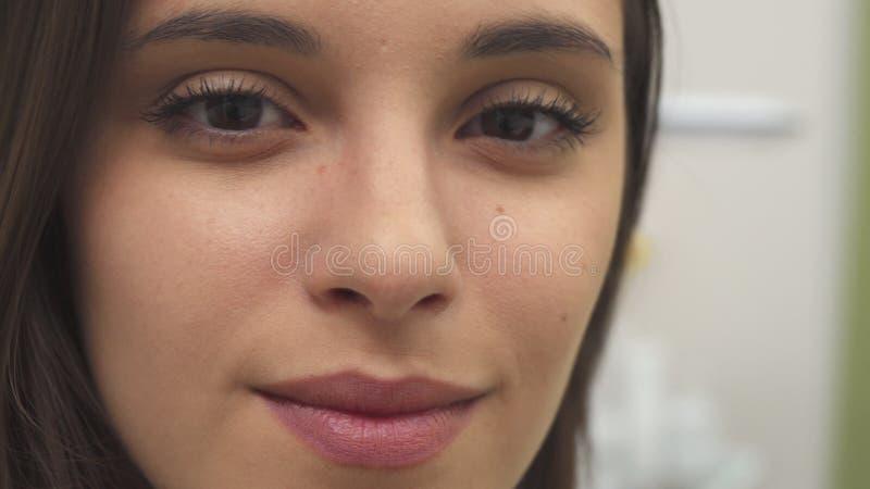 女孩转动她的面孔 免版税图库摄影