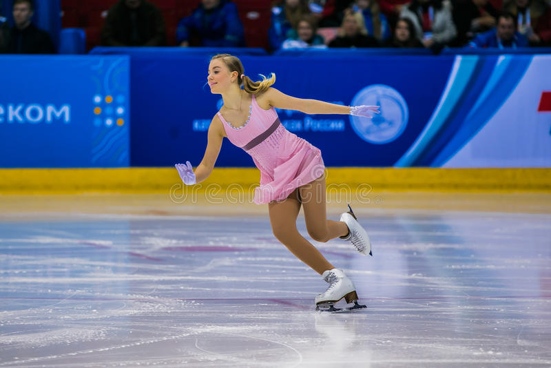 女孩运动员花样滑冰运动员表现在冰 免版税库存照片