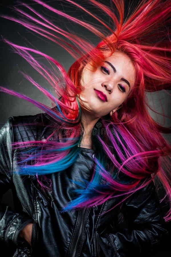 女孩运动壮观颜色的头发图片