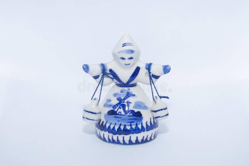 女孩运载的响铃德尔福特蓝色小雕象  从荷兰/荷兰的纪念品被隔绝的白色背景的 免版税库存图片