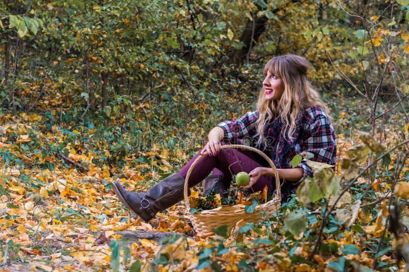 女孩选址在森林里 免版税图库摄影