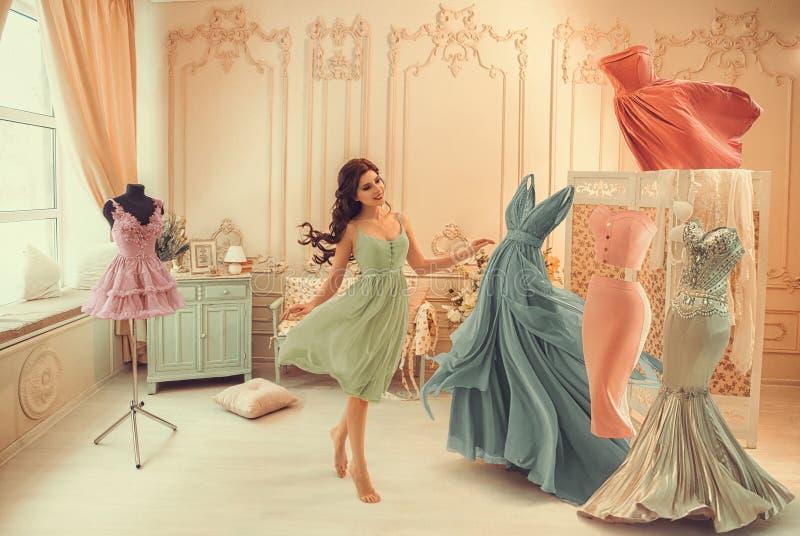 女孩选择礼服 免版税库存照片