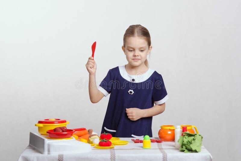 女孩选择蔬菜汤 库存照片