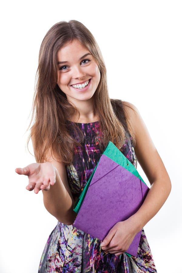 女孩递她的显示某事的掌上型计算机 免版税图库摄影