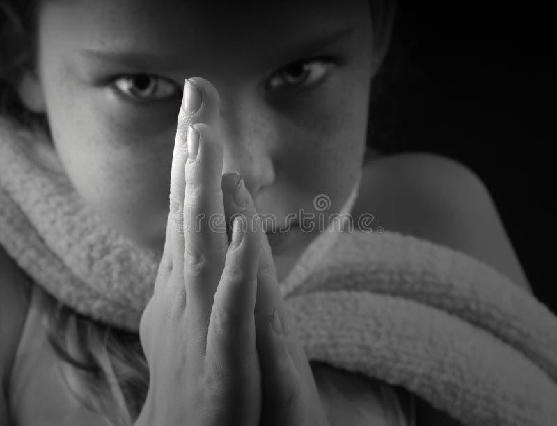 女孩递祷告年轻人 库存图片