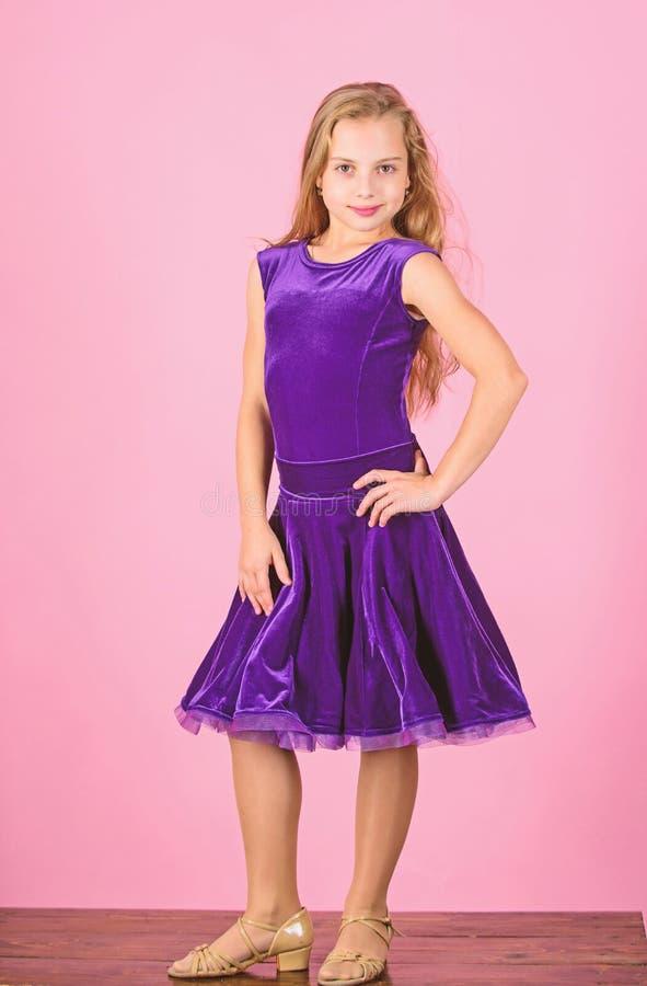 女孩逗人喜爱的儿童穿戴天鹅绒紫罗兰色礼服 t 舞厅dancewear时尚概念 孩子舞蹈家 库存图片