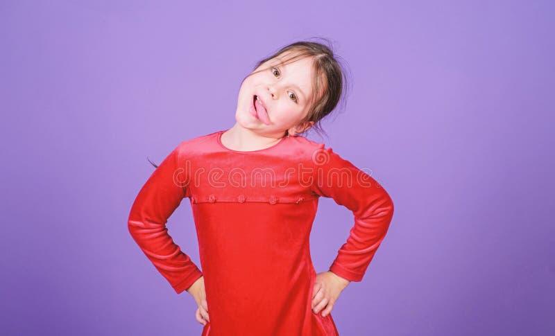 女孩逗人喜爱的嬉戏的快乐的儿童滑稽的鬼脸面孔 E r r 免版税库存图片