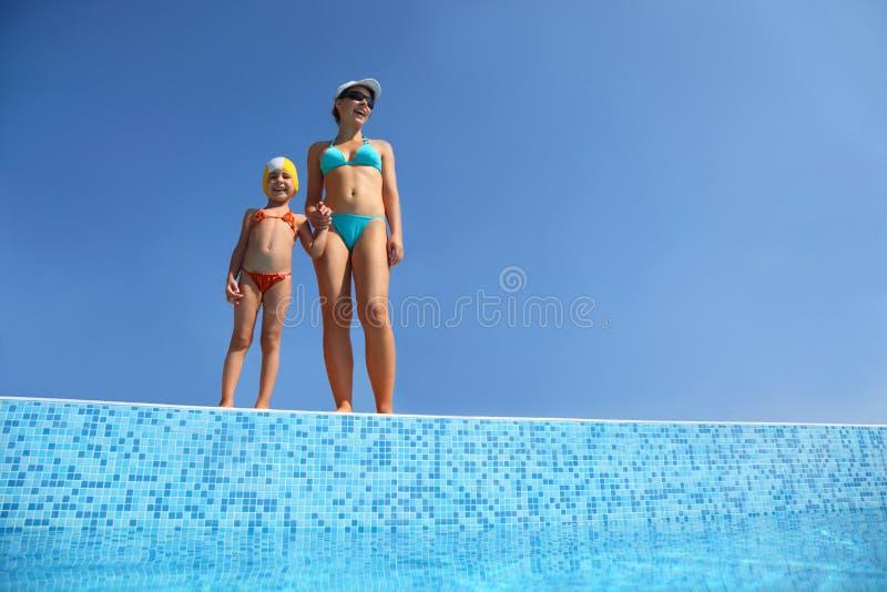 女孩避开立场的母亲池 免版税库存图片