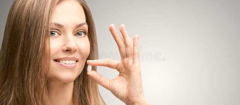 女孩采取白色药片 人的饮料止痛药 反头疼补充 成熟妇女 免版税库存图片