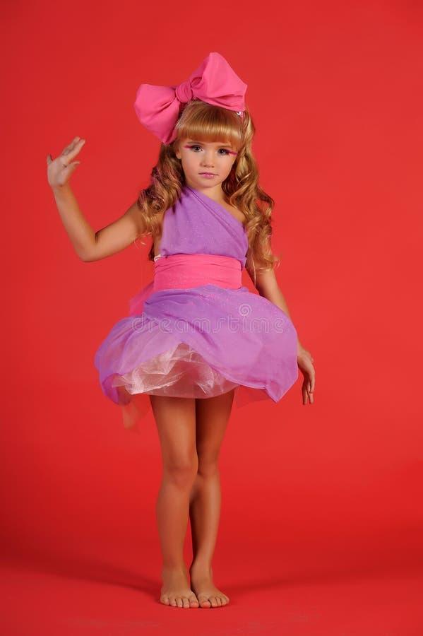 女孩金发碧眼的女人在一个玩偶的图象的演播室有b的 免版税库存图片