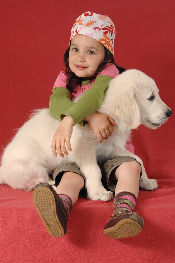 女孩金黄小的猎犬 免版税库存图片