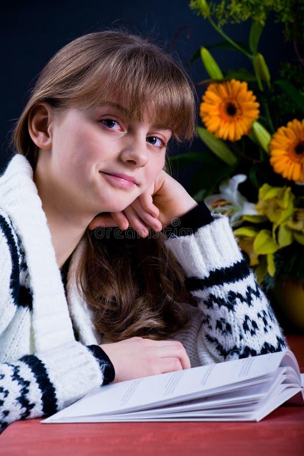 女孩阅读书 免版税库存图片
