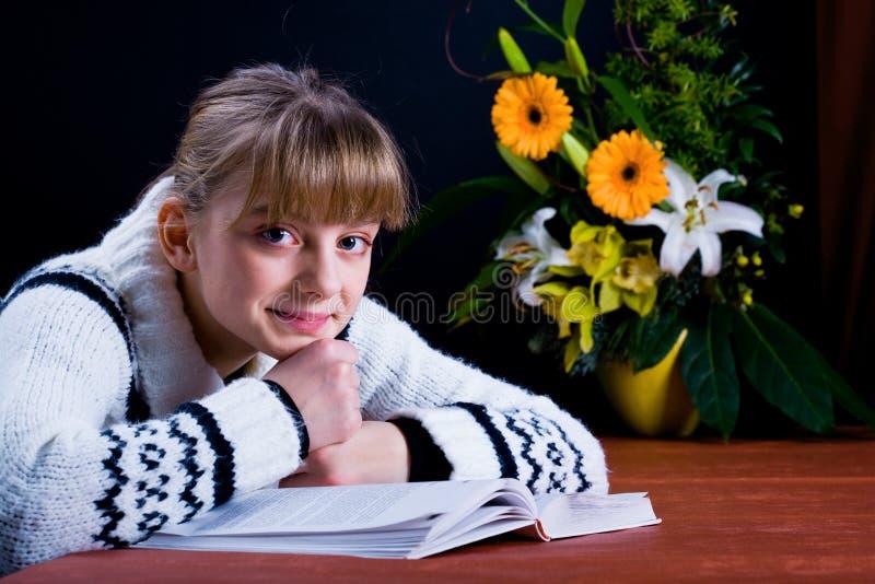 女孩阅读书 免版税库存照片